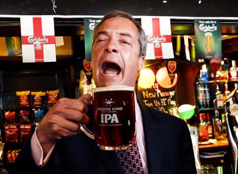 Farage con una Cask Ale in mano